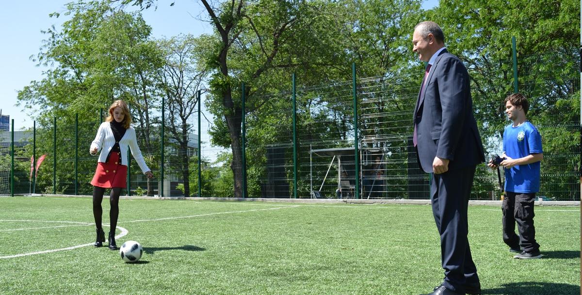 И сыграла на футбольной площадке.