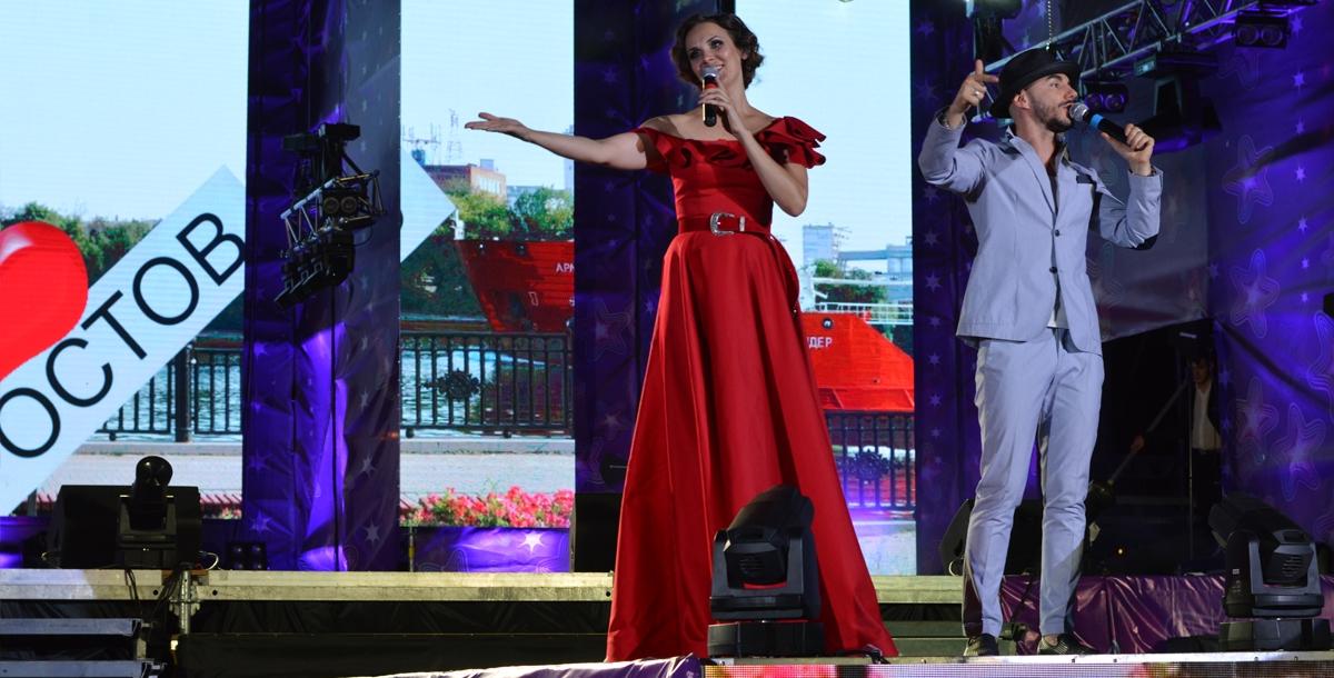Ведущими были Ирина Полякова и Тимур Родригез.