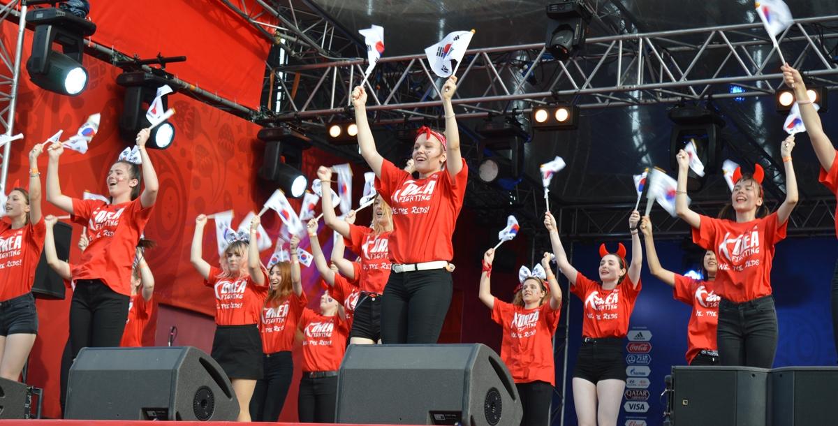Девочки вышли на сцену с танцевальным флэшмобом в поддержку сборной Южной Кореи.