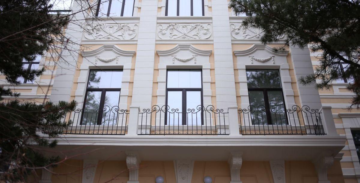 Здание Екатерининской женской гимназии было построено в 1893 году по проекту нахичеванского архитектора Н. Дурбаха (Дурбахяна). В целом оно сохранилось, хотя не раз ремонтировалось и реставрировалось. В свое время в гимназии преподавала известная писательница Мариэтта Шагинян. Сегодня здесь находится лицей №13.