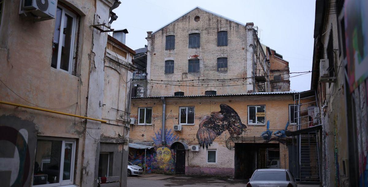 Это макаронная фабрика, которую в конце XIX века построил купец Налбандов. По воспоминаниям художника Сергея Чахирьяна, дом которого находился рядом с фабрикой, однажды оттуда часто заползали большие тараканы, с которыми приходилось сражаться всем жителям дома.