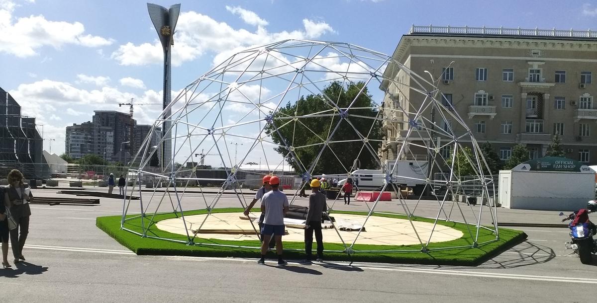 Монтируется павильон города-организатора, где гости смогут узнать о Ростове и Ростовской области и даже пройти экскурсию с помощью очков виртуальной реальности.