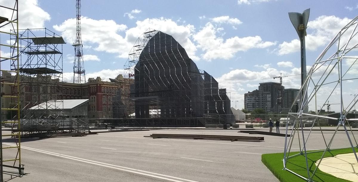 Монтаж сцены и главного экрана, размеры которого составят 9 на 15 метров.