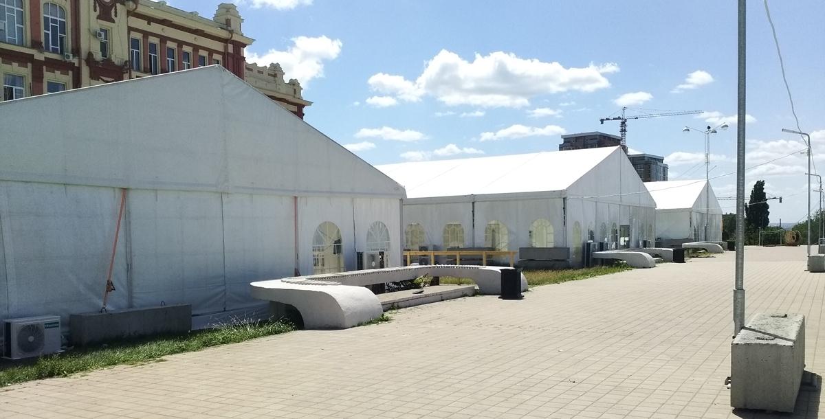 За сценой техническая зона для обслуживающего персонала, куда гостям проходить нельзя. Один из этих трех больших шатров предназначен для размещения руководства фестиваля, другой – это столовая для технического персонала, а третий – это база для волонтеров.