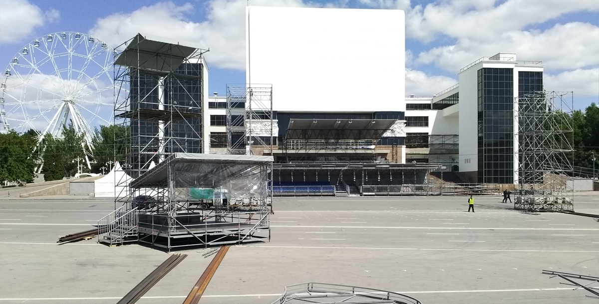 А это вид на театр Горького со сцены. В самом театре во время фестиваля будет располагаться пресс-центр.