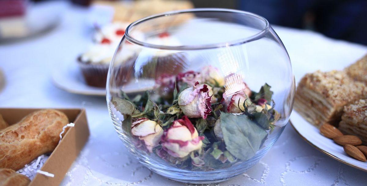 Атмосферу страны романтики фестивалю придавали песни, играющие на винтажном проигрывателе, и нежный запах роз.