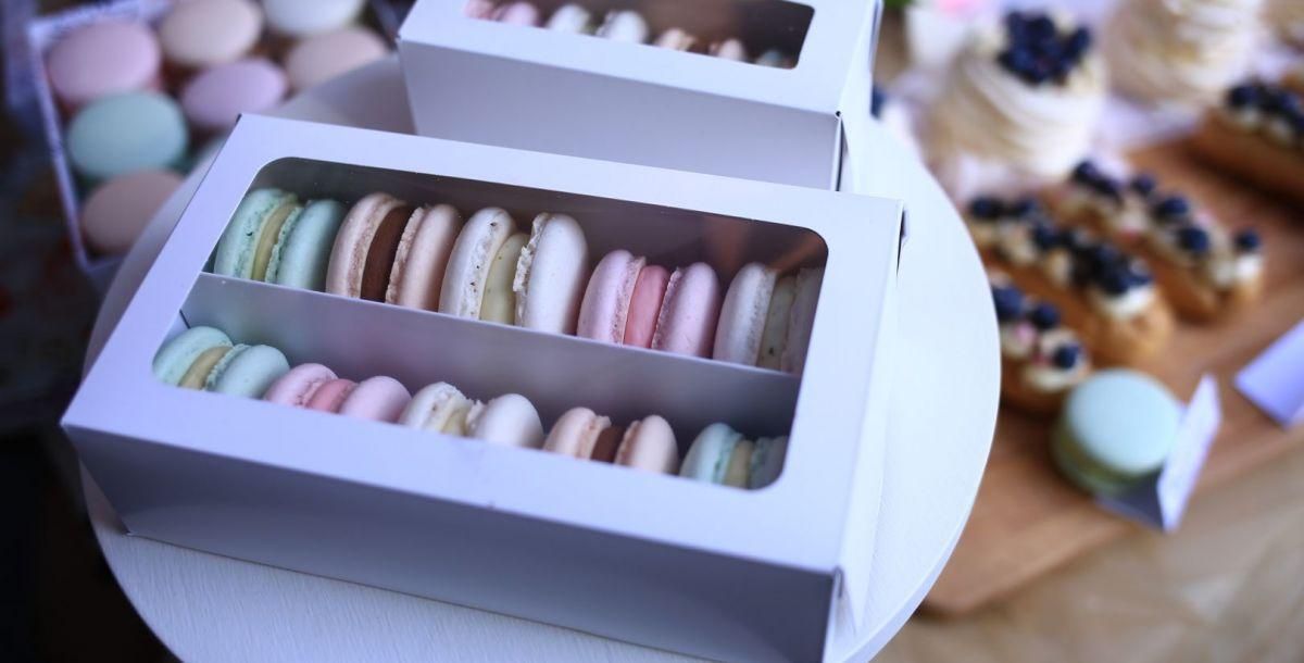 И какая же атмосфера Франции без коробки макарон? Не путать с макаронными изделиями.