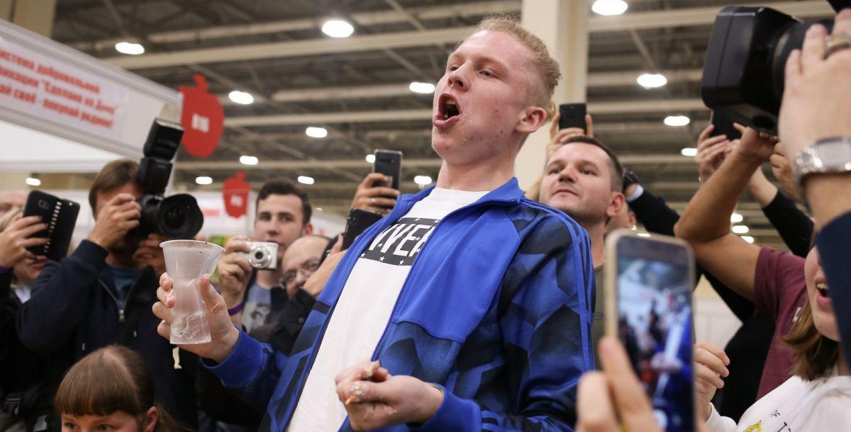 Роман Суровцев съел шаурму за 1:51.