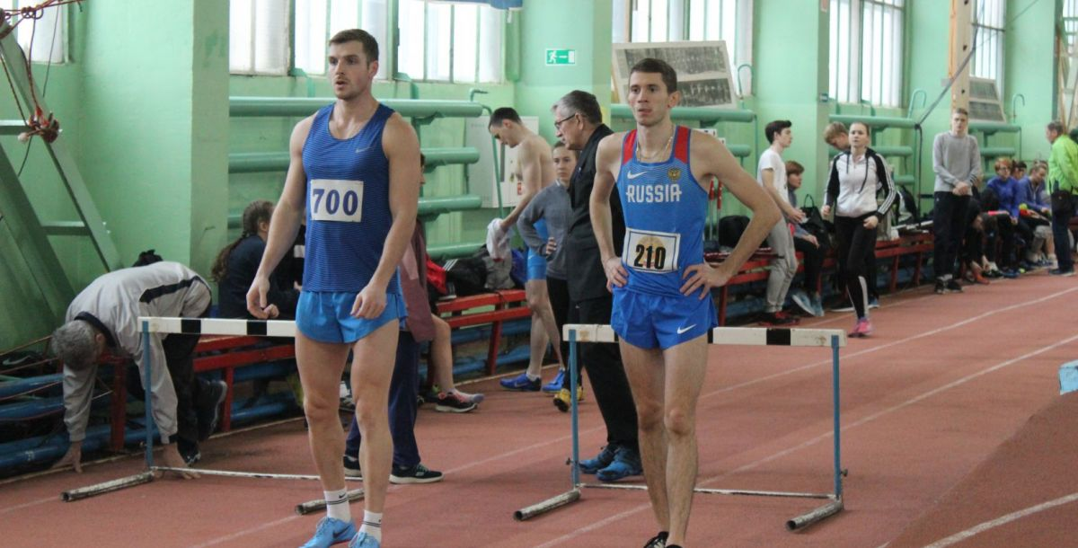 Артем Лукьяненко (справа) и Кирилл Киреев (слева) перед стартом забега на 60 метров с барьерами