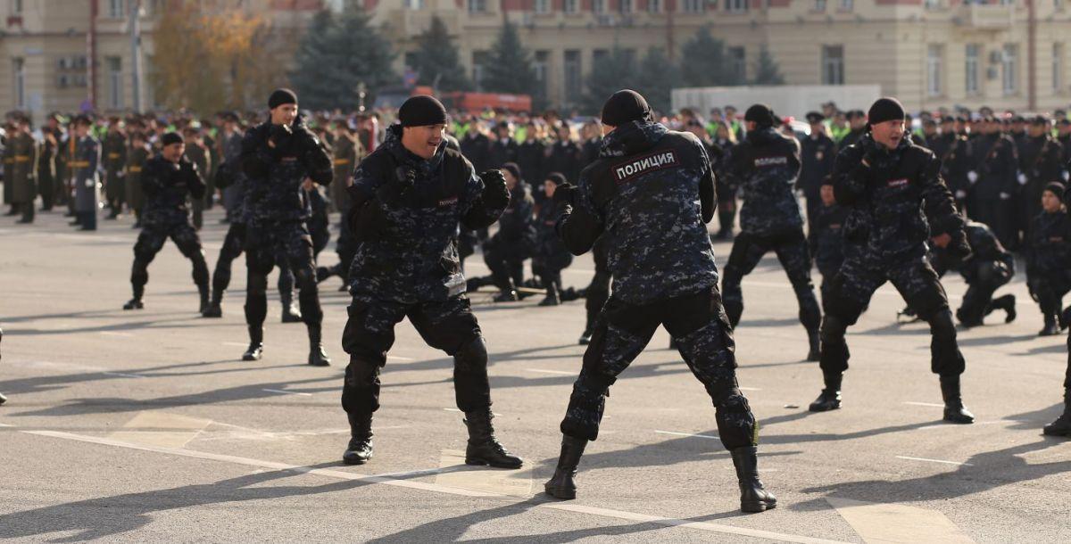 Приемы рукопашного боя показали сотрудники полиции, которые были приняты на службу в этом году.