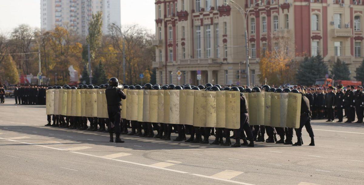 Люди со щитами – это полк патрульно-постовой службы полиции управления МВД России по городу Ростову. Ребята продемонстрировали способы коллективной защиты, приемы построения боевого порядка.