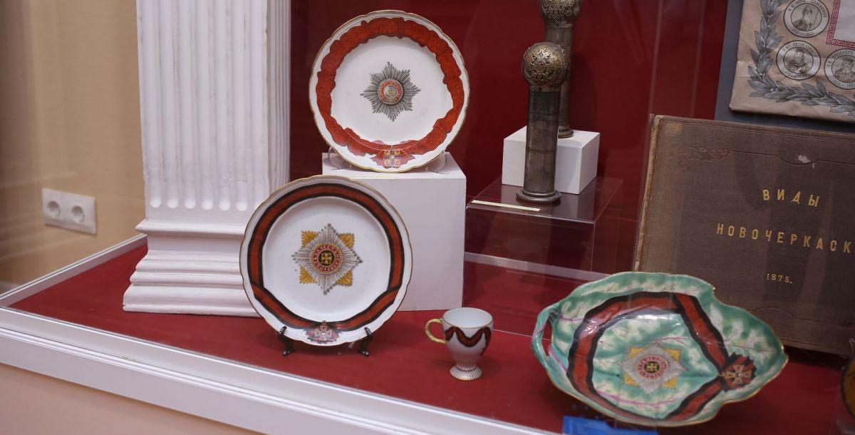 После Великой Отечественной войны Эрмитаж передал музею часть орденских сервизов. Эти комплекты посуды изготавливались специально для торжественных приемов кавалеров, которые обладали теми или иными наградами.