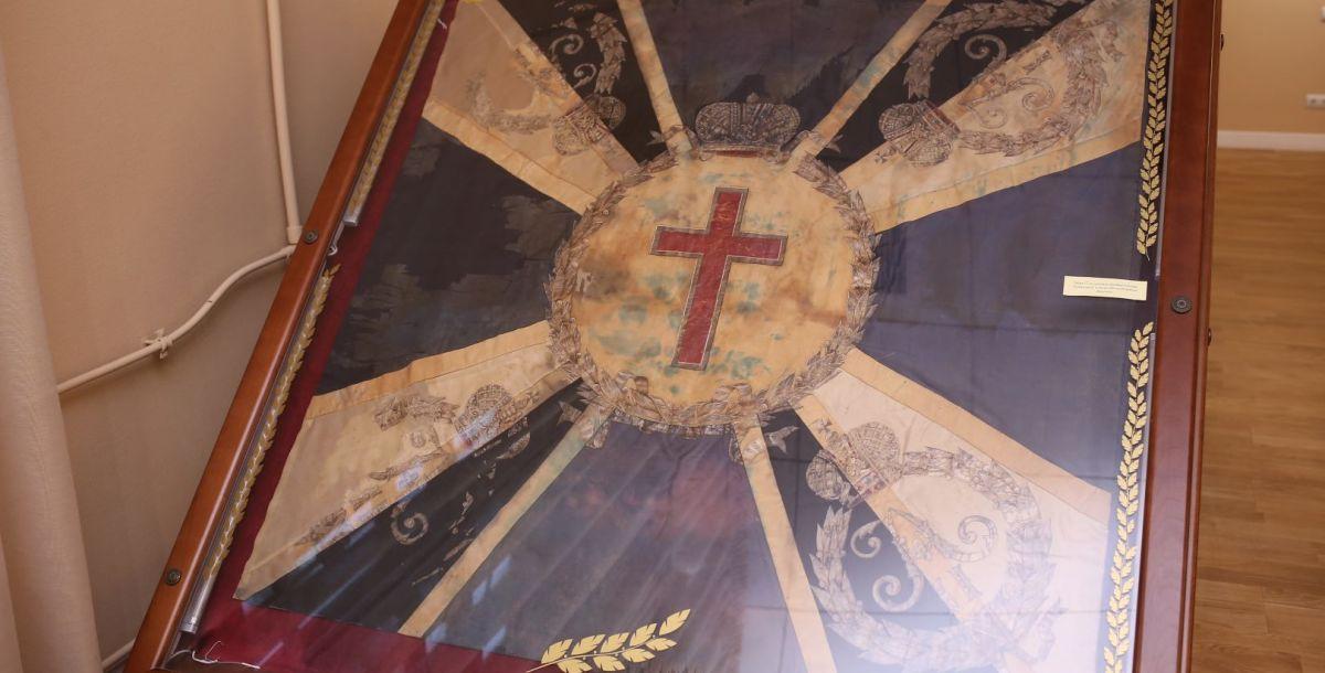 В музее выставлены знамена, которые были высочайше пожалованы донским казачьи полкам к 300-летию войска Донского.