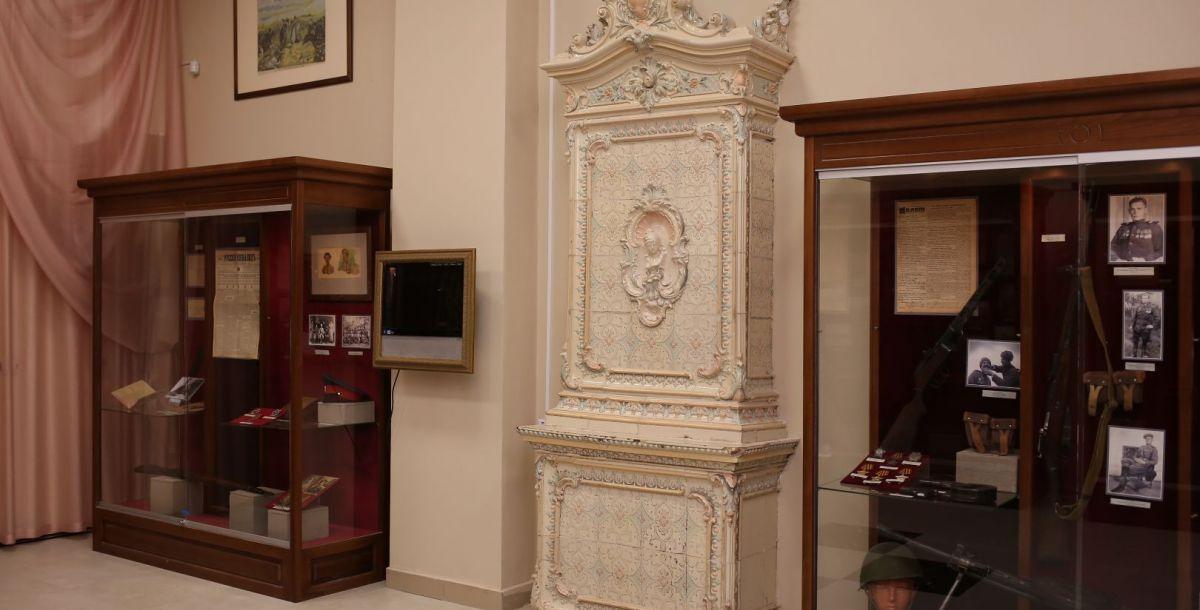 Это зеркало печи, которая раньше находилась в доме на улице Пушкинской, 59. Сотрудники музея узнали, что в доме собираются делать перестройку и печку могут просто уничтожить. Ее аккуратно разобрали и увезли в музей.