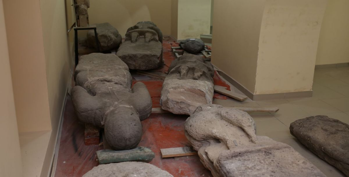 Уставшие от переезда каменные половецкие бабы прилегли отдохнуть. На самом деле, сейчас экспозиция находится в разработке, позже их установят на специальные постаменты.