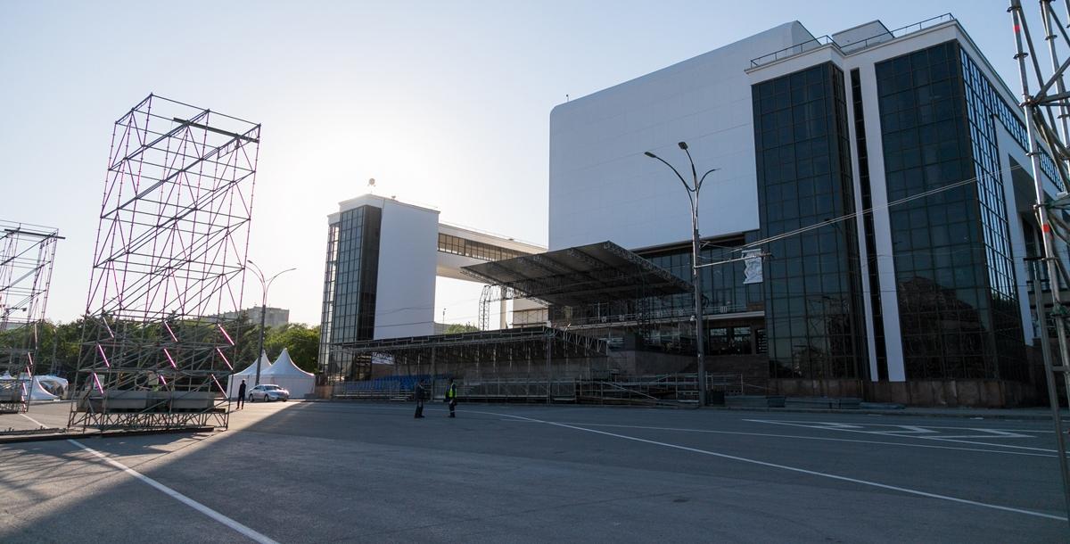 У театра Горького внизу смонтирована трибуна для инвалидов. Сверху находится зона hospitality, она же трибуна гостеприимства известная также как вип-трибуна.