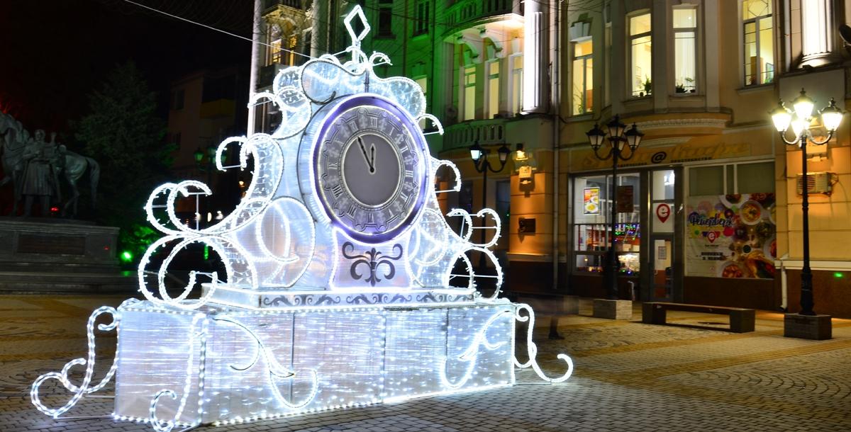 За пять минут до Нового года. Эти светящиеся часы установлены у главного корпуса ЮФУ на Большой Садовой. Они отсчитывают последние минуты уходящего года.