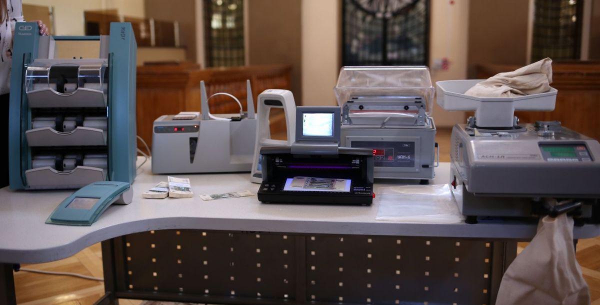 Посетителям Дня открытых дверей продемонстрируют современное банковское оборудование. Эти машины считают, сортируют деньги, отбраковывают ветхие купюры (слева), обматывают пачки денег лентами с реквизитами банка, номиналом и количеством банкнот (правее), проверяют купюры на подлинность (посередине), считают и сортируют монеты (справа).