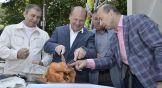 Гендиректор АО «Евродон» Вадим Ванеев показывает Александру Скрябину самый лакомый кусочек