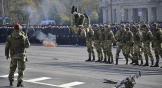 Отряд спецназначения «Росич» устроил на площади стрельбу холостыми патронами, от которой закладывало уши, показывал навыки рукопашного боя и боя на ножах. Выглядело все это устрашающе.
