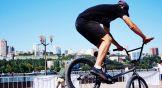 Участник площадки, посвященной BMX, отрабатывает трюк перед выступлением в конкурсе.