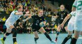 Марина Судакова ищет взглядом напарниц по команде