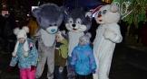 В толпе детей радовали ростовые куклы.