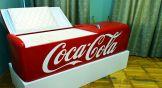 Гроб в виде огромного красного холодильника, заполненный настоящим сахаром. Называется этот экспонат «Прощание с сахарком».