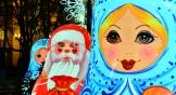 В оформлении города в этом году появились мотивы хохломы и гжели. На площади Советов, к примеру, установили расписных матрешек и Дедов Морозов. Когда на улице темнеет, они светятся.