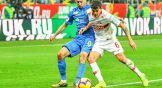 Ивелин Попов старается оттеснить от мяча спартаковца Айртона