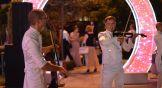 На всем протяжении прогулочной зоны были расположены несколько сцен, где играла музыка, выступали музыканты, можно было спеть в караоке.
