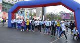 Затем все собравшиеся большой толпой стали двигаться к стартовой арке на Театральную площадь.