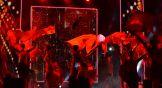 После них на сцену вышли участники файер-шоу и танцоры.