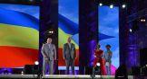 Поздравить детей с окончанием школы пришли губернатор Ростовской области Василий Голубев и глава администрации Ростова Виталий Кушнарев.