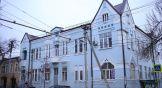 Своеобразное здание - особняк известной нахичеванской семьи Аладжаловых. Здесь жила довольно большая семья, представители которой были купцами, приказчиками, художниками, людьми культуры, гласными городской Думы. Хотя их дома были разбросаны по всему городу, этот особняк был их главной усадьбой.