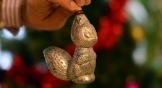 В советские годы елочные украшения делали из стекла и плотного картона, который назывался «дрезденским». И только в 70-х годах начинают появляться игрушки из пластмассы.