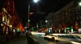 На деревьях на улицах Ростова развесили гирлянды. Город светится разноцветными новогодними огнями.