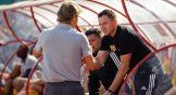 Валерий Карпин приветствует экс-игрока сборной России Игоря Семшова
