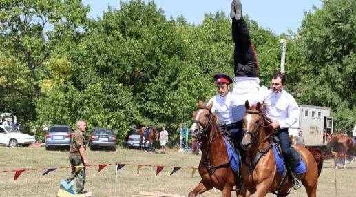 Некоторые казаки решили доказать, что способны держаться на лошади даже вниз головой.