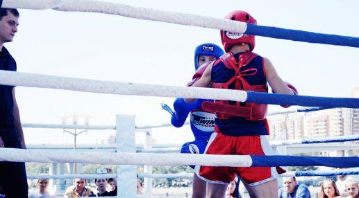 Юные боксеры показывают навыки боксирования.