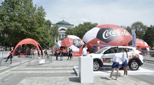 На площади Советов установили специальный шатер, в котором находится Кубок FIFA
