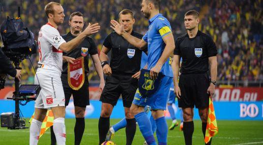 Денис Глушаков и Александр Гацкан приветствуют друг друга перед матчем