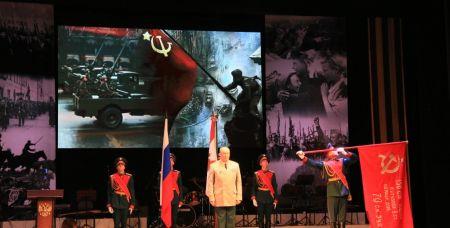 Так командующий войсками ЮВО вручал копию Знамени Победы 150-й мотострелковой дивизии.
