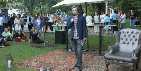 Антон Долин на презентации журнала «Искусство кино» в саду «Эрмитаж», 2017