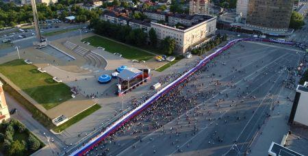Флаг длиной 300 метров пронесли в День России по центральным улицам донской столицы в прошлом году.