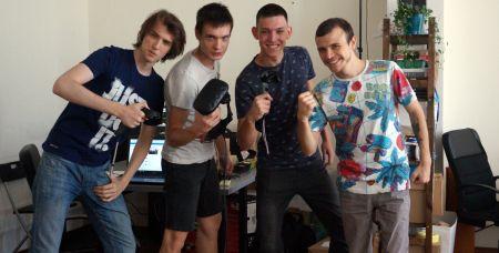 Слава (второй слева) и Денис (первый справа) с контролеррами и шлемом виртуальной реальности