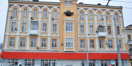 Дом № 52 на улице Станиславского - здание, которое считается объектом культурного наследия, - был спасен от разрушения и отремонтирован по программе капремонта к ЧМ.