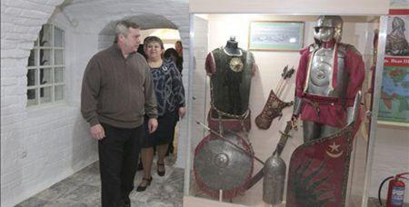 Губернатор Ростовской области осматривает экспозицию музея в Старочеркасской