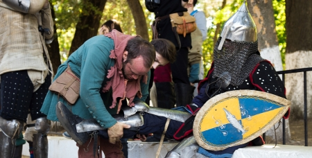 Рыцарские доспехи весят немало. Поэтому чтобы надеть броню, рыцарю может понадобиться помощь друга