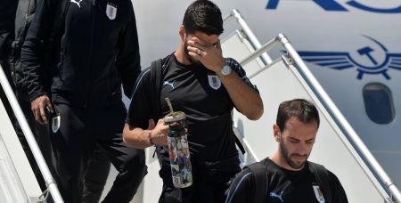 Сборная Уругвая прилетела в Ростов вчера. У одного из игроков сборной, спускающегося по трапу самолета, в руках тот самый калебас, из которого пьют мате.